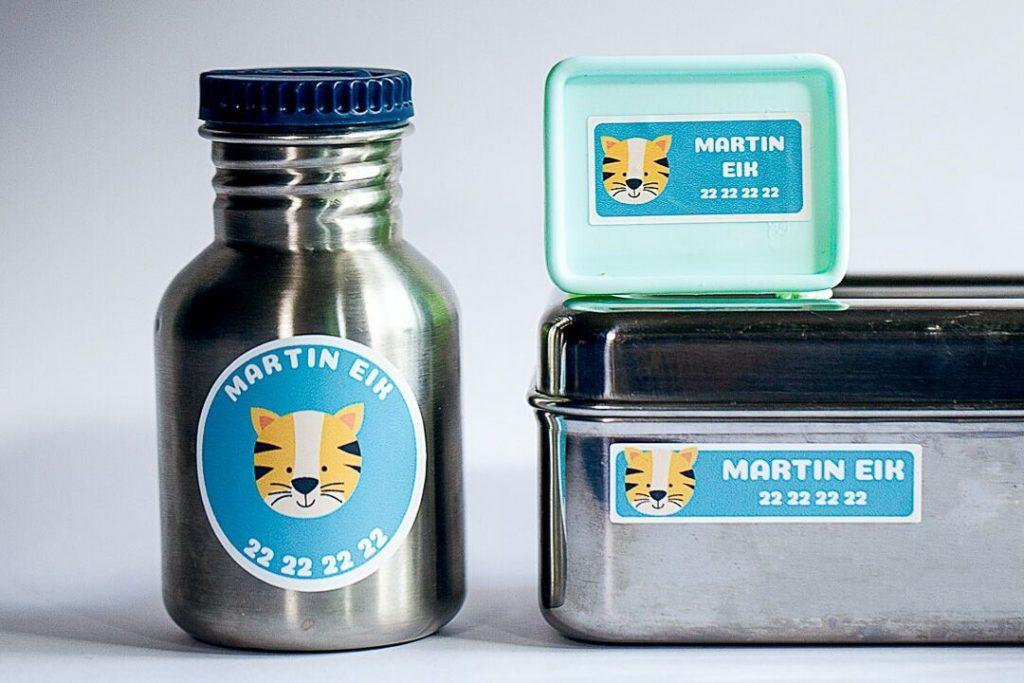 Navnelapper med tiger på matboks og drikkeflaske