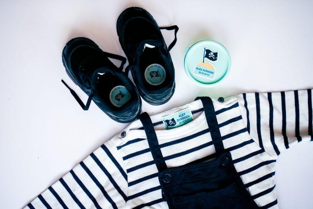 Genser, bukse, sko og matboks med sjørøver navnelapper
