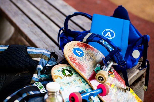 Skateboard og skolesekker med navnelapper